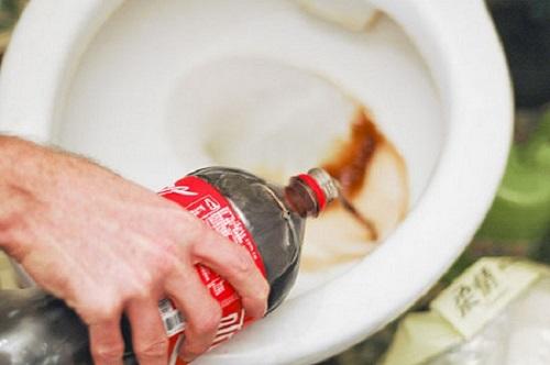tẩy bồn cầu bằng Coca