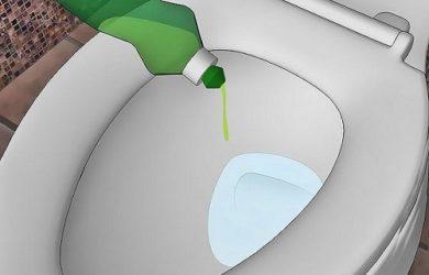 Thông bồn cầu bằng nước rửa chén