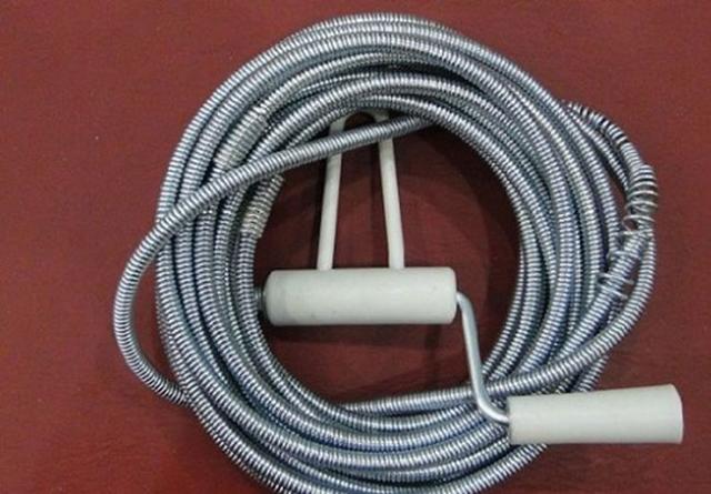 cách làm thông bồn cầu bằng dây lò xo