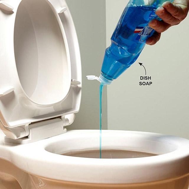 Thông bồn cầu bằng nước rửa chén và nước nóng