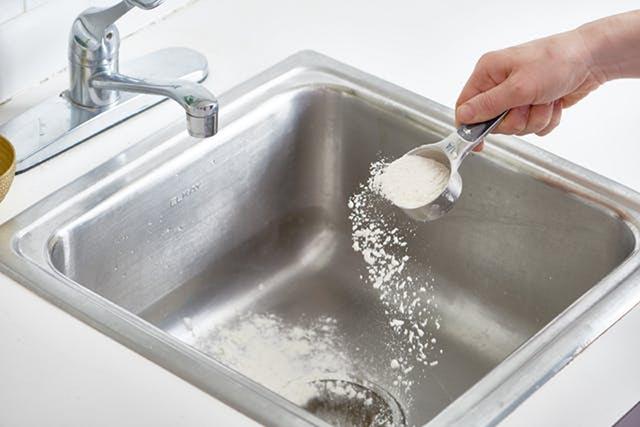 Thông tắc bồn rửa bát bằng baking soda