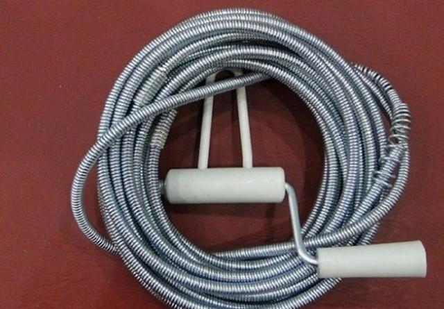 Cách thông tắc chậy rửa bát bằng dây thông cống lò xo