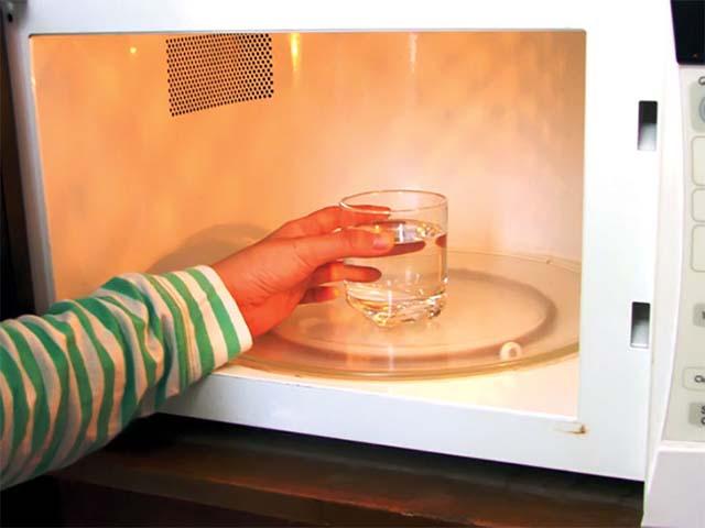 vệ sinh lò vi sóng bằng rượu