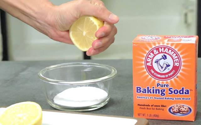 Dùng baking soda và chanh để khử mùi